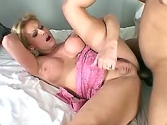 Beauty shemale cums and gets fasial